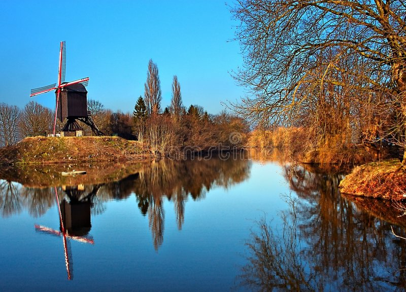 Windmühle reflektiert im Wasser. stockbilder