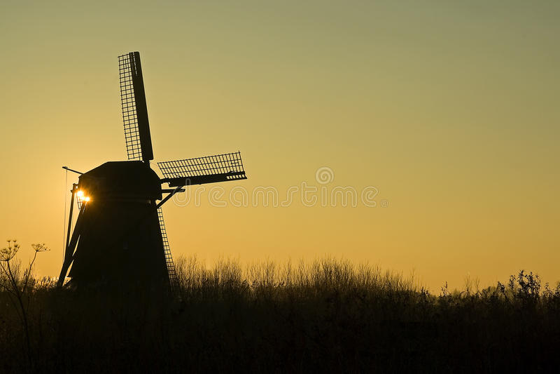 Windmühle am Sonnenaufgang lizenzfreie stockfotografie