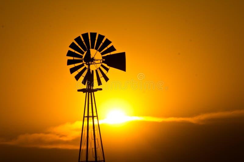 Windmühle am Sonnenuntergang lizenzfreies stockbild