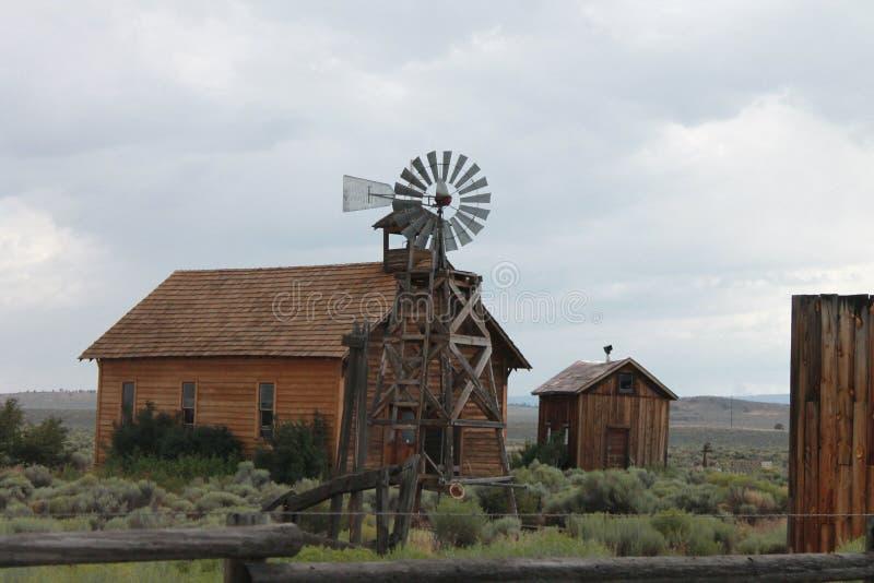 Windmühle und Bauernhöfe stockfoto