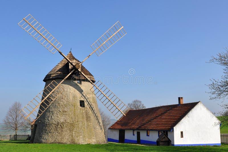 Windmühle und Bauernhaus, Kuzelov, Tschechische Republik stockbilder