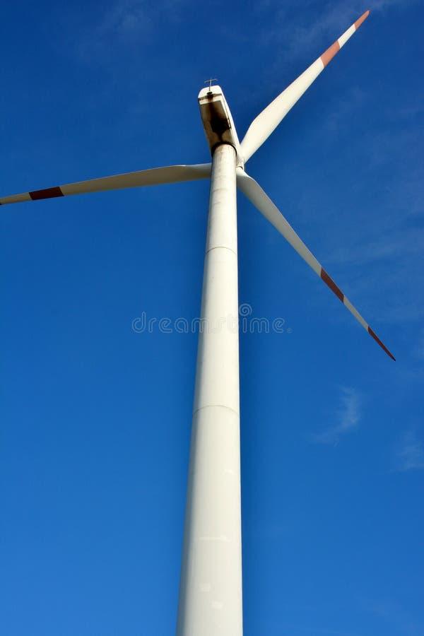 Windmühle Unter Blauem Himmel Lizenzfreie Stockbilder