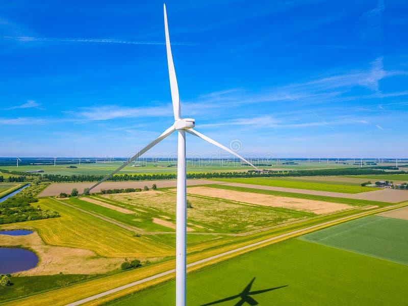 Windmühle von hinten mit einer Ansicht lizenzfreies stockbild