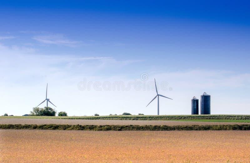 Windmühlen auf Bauernhof im Mittelwesten lizenzfreie stockfotos
