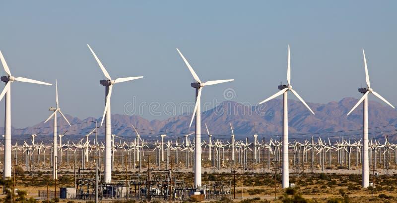 Windmühlen auf einem Windmühlen-Bauernhof stockfotos