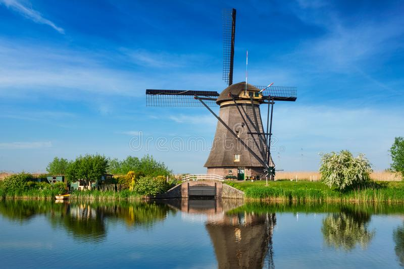 Windmühlen bei Kinderdijk in Holland netherlands lizenzfreies stockfoto