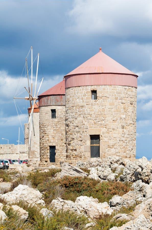 Windmühlen bei Mandraki beherbergen, Rhodos, Griechenland lizenzfreie stockfotografie