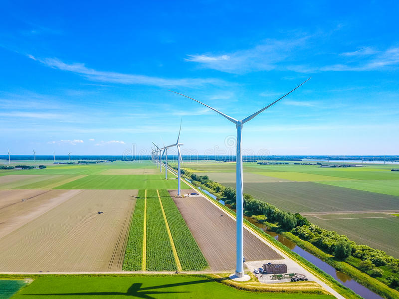 Windmühlen in der Linie von der Luft lizenzfreie stockbilder