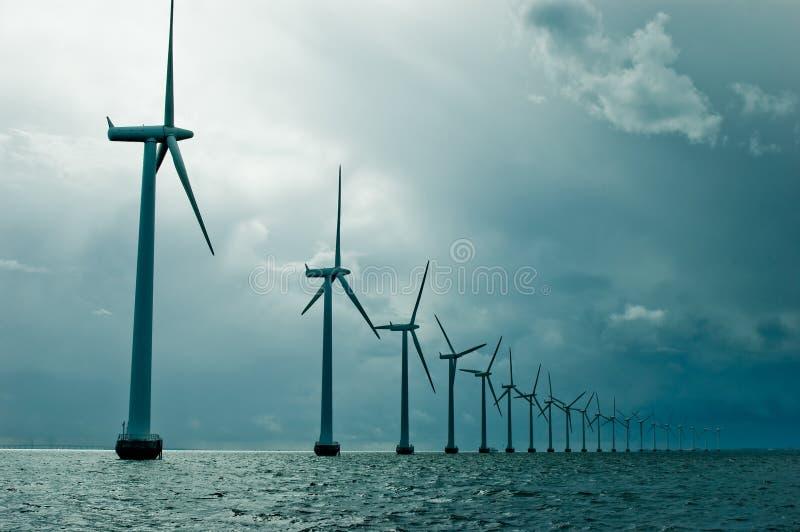 Windmühlen in einer Reihe auf bewölktem Wetter lizenzfreie stockfotografie