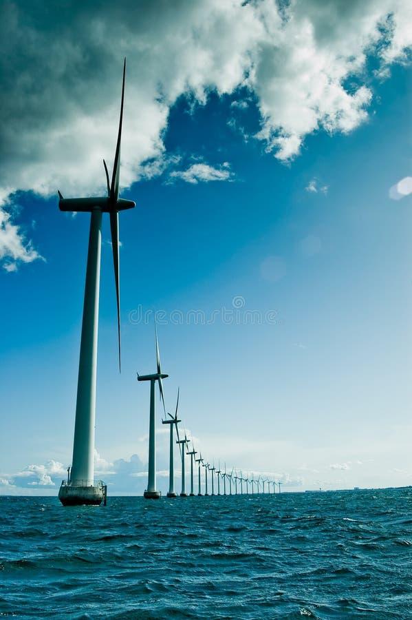 Windmühlen in einer Reihenvertikale stockbilder