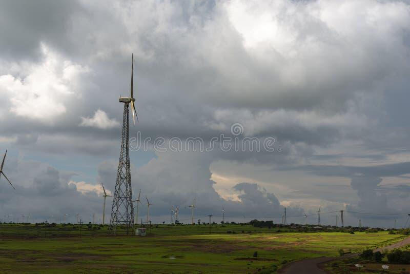 Windmühlen für die Stromerzeugung im Dorf Waghapur bei Patan, Maharashtra, Indien stockfoto