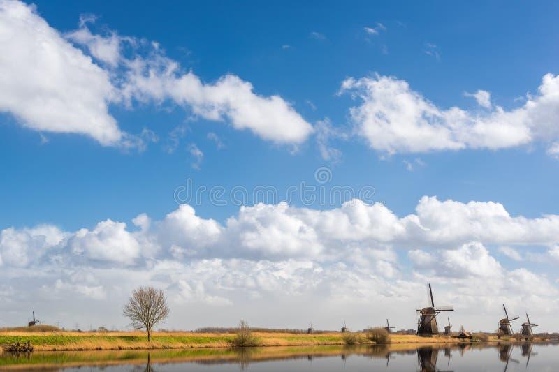 Windmühlen gegen blauen Himmel und weiße Wolken in den Niederlanden stockfotografie