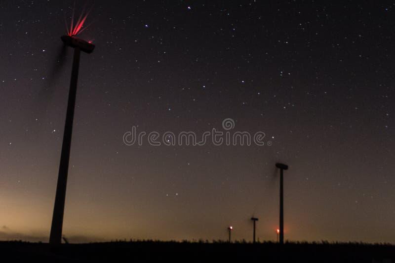 Windmühlen mit milkyway und Sterne in Süd-Spanien stockbilder