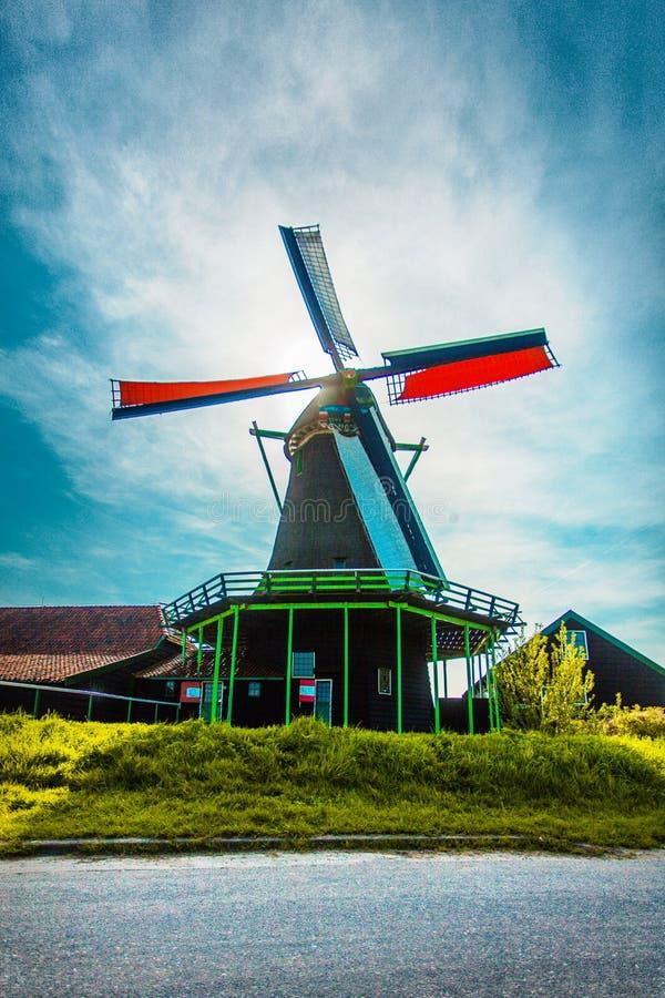 windmühlen Sommer bei Zaanse Schans Authentische niederländische Landschaft mit alten Windmühlen Holland, die Niederlande lizenzfreie stockfotografie