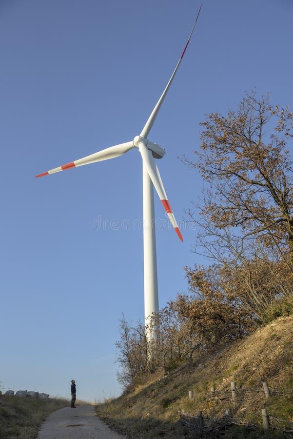 Windmühlen am Sonnenaufgang Windkraftanlagen für die Produktion der sauberen Energie und Erhaltung der Umwelt Jahrhundert Apponal lizenzfreie stockfotos