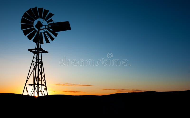 Windmühlen-Sonnenuntergang stockfoto