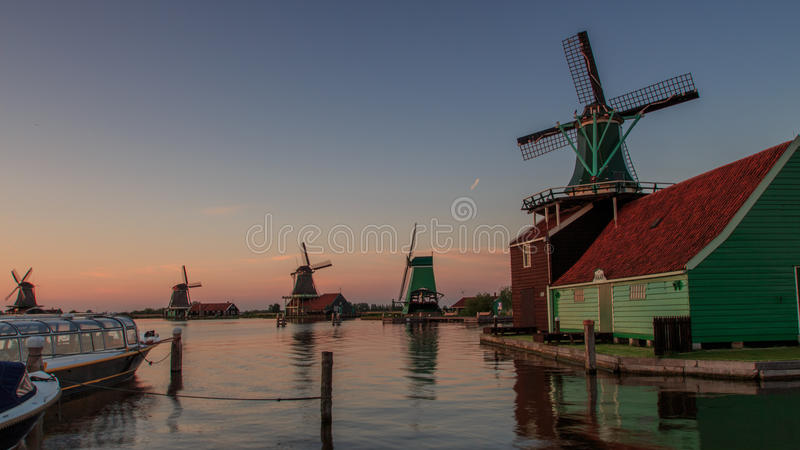 Windmühlen am Sonnenuntergang lizenzfreies stockfoto