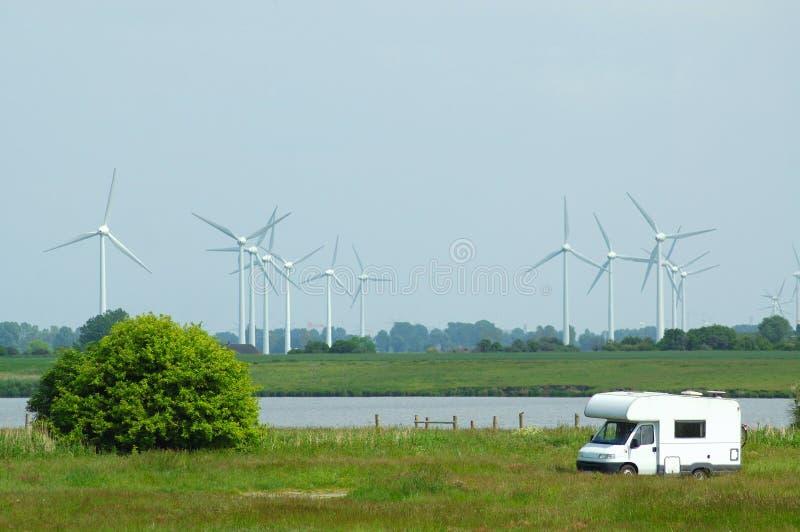Windmühlen und Mobil-Haus stockfotografie
