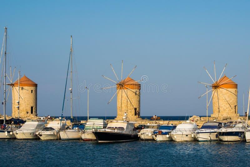 Windmühlen von Rhodos lizenzfreie stockbilder