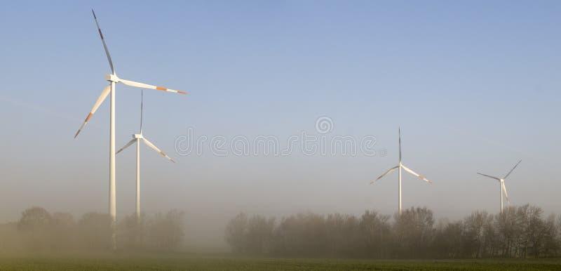 Windmühlen (Windkraftanlagen) stockfotos
