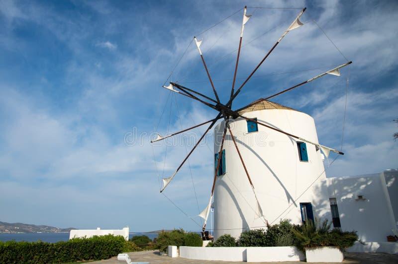 Windmühlenansicht während des heißen Sommertages auf Antiparos-Insel in den Kykladen in Griechenland lizenzfreies stockbild