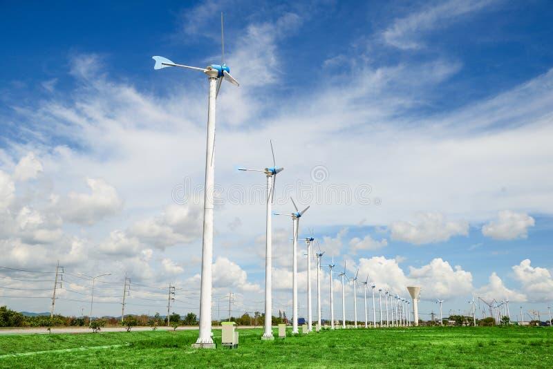 Windmühlkraftwerk gegen blauen Himmel lizenzfreie stockbilder
