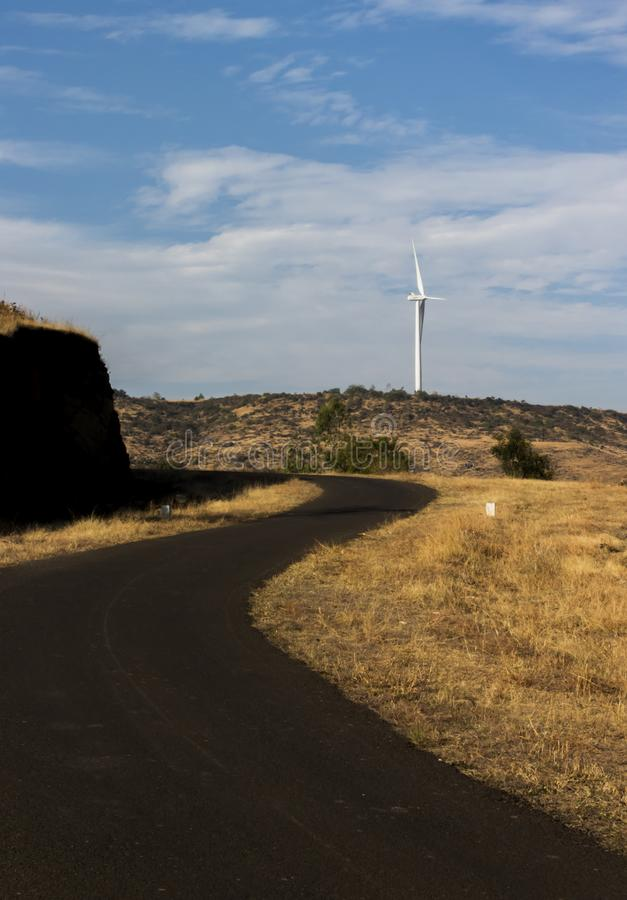 Windmil e estrada rural foto de stock royalty free