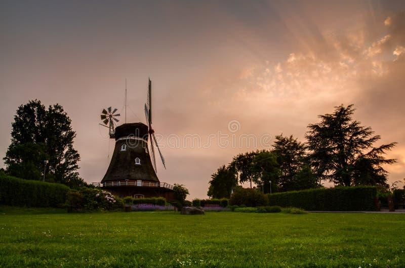 Windmill på solnedgången royaltyfria bilder