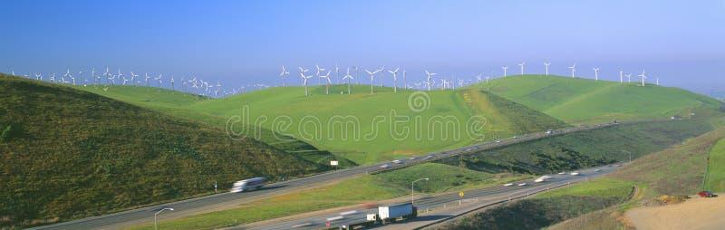 Windmills för Windenergi längs Route 580 royaltyfri fotografi