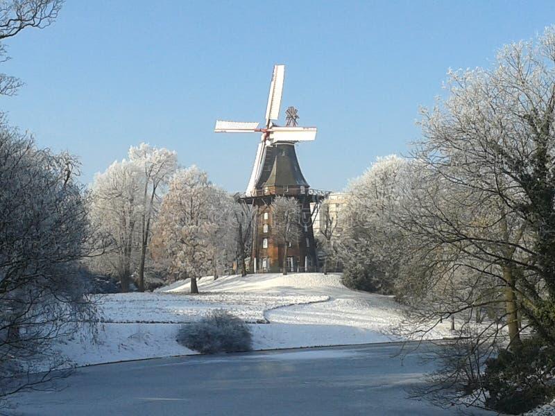 Windmolen in bevroren landschap royalty-vrije stock afbeelding
