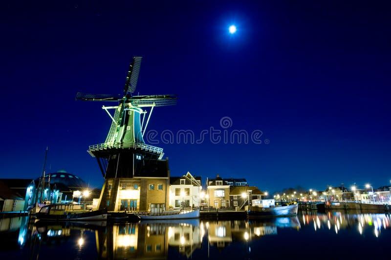 Windmolen bij nacht royalty-vrije stock fotografie