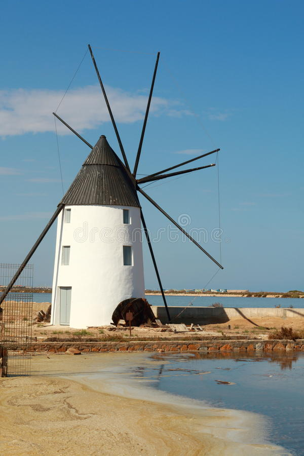 Windmolen in de zoute moerassen van San Pedro, Spanje stock foto's