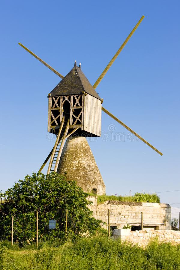 windmolen dichtbij Montsoreau, Pays-de-la-Loire, Frankrijk royalty-vrije stock afbeeldingen