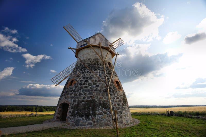 Windmolen dichtbij roggegebieden stock foto