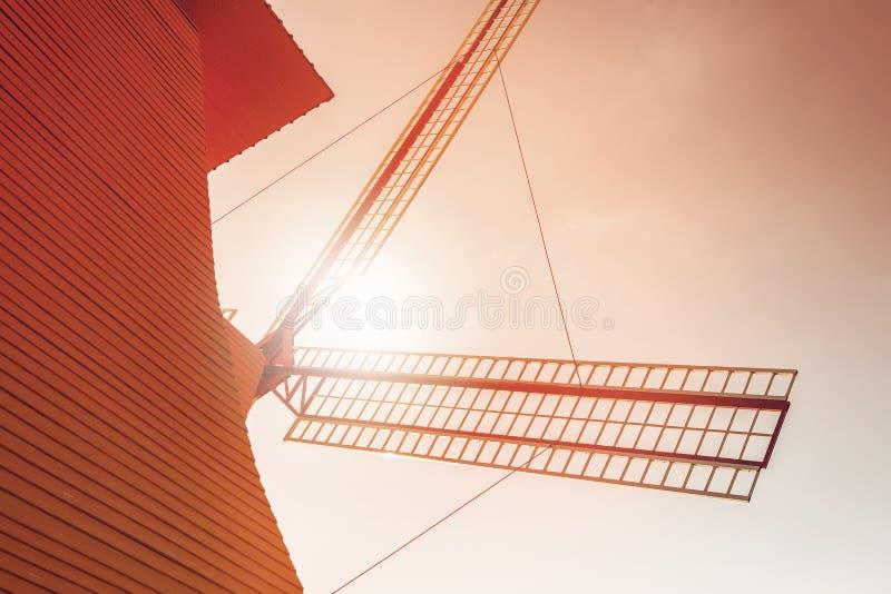windmolen in dichte omhooggaande mening met zonlicht stock foto