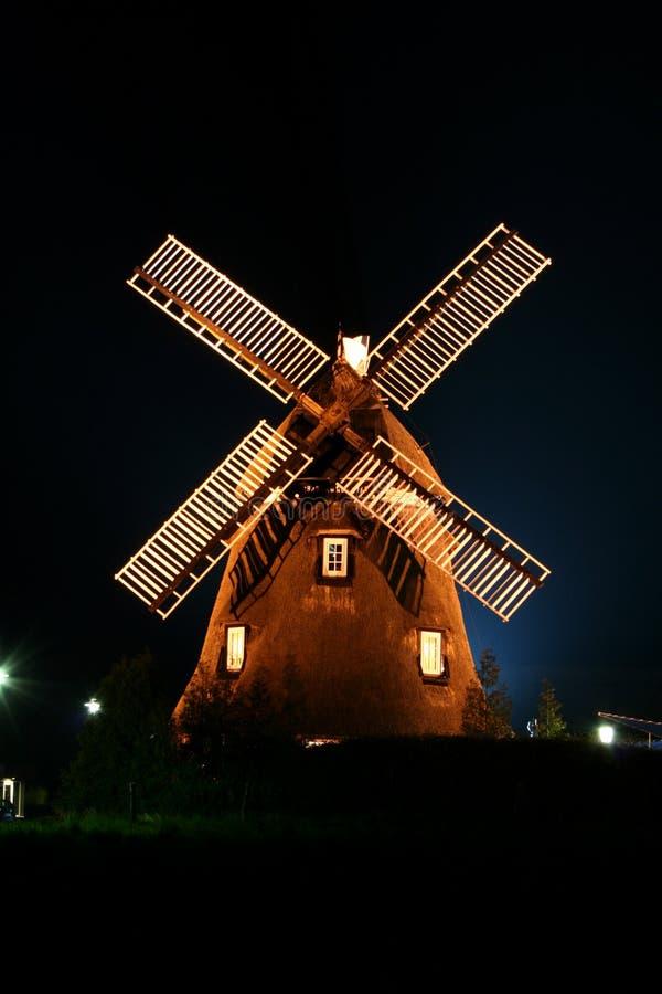 Windmolen die bij Nacht wordt verlicht. stock foto