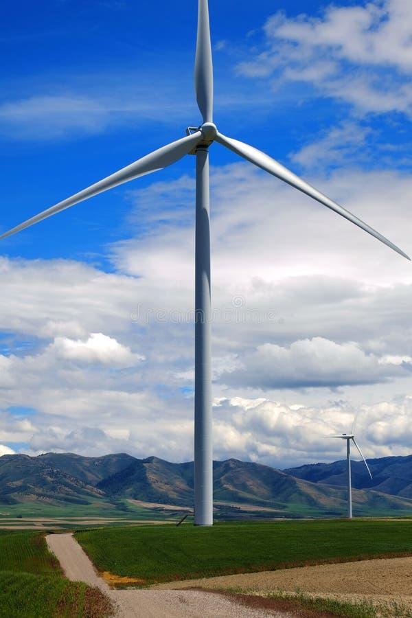 Windmolen die Elektriciteit met Blauwe Hemel en Wolken veroorzaken royalty-vrije stock fotografie