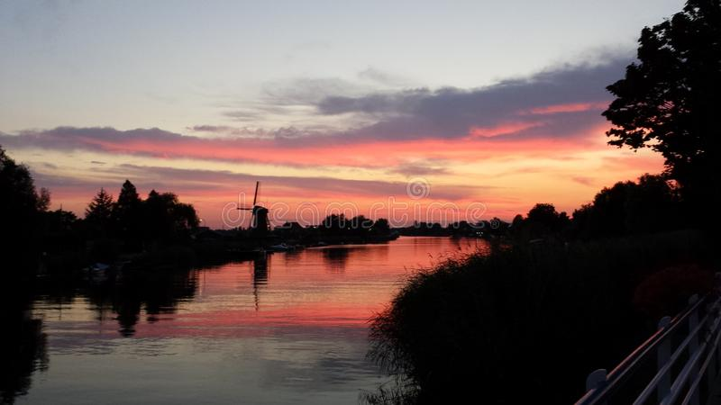 windmolen door zonsondergang stock foto
