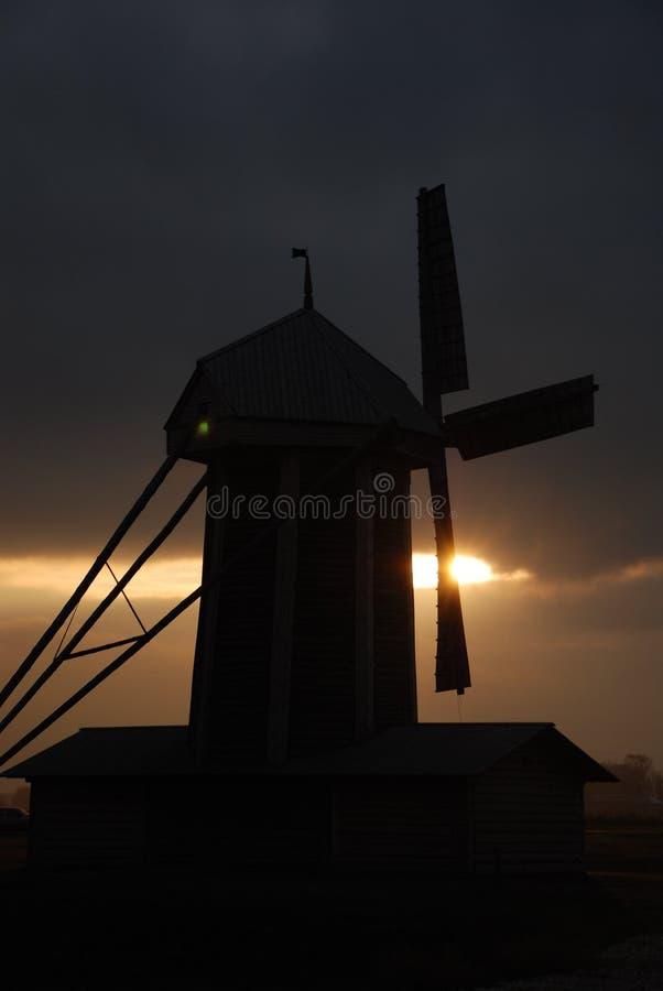 Windmolen in een schemer stock foto's