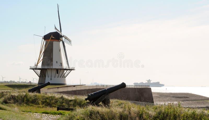 Windmolen en canons in Holland royalty-vrije stock foto