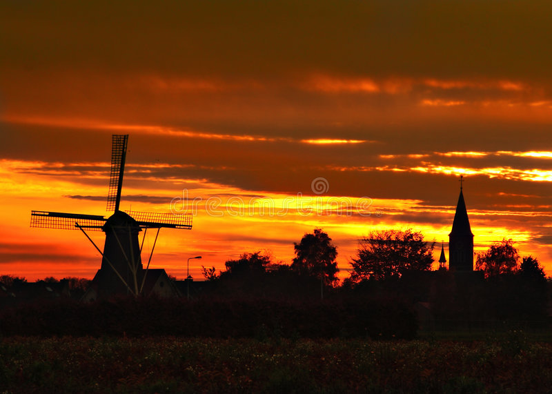 Windmolen en kerk in weert-Tungelroy royalty-vrije stock foto's