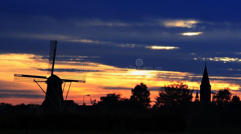 Windmolen en kerk in weert-Tungelroy stock afbeelding