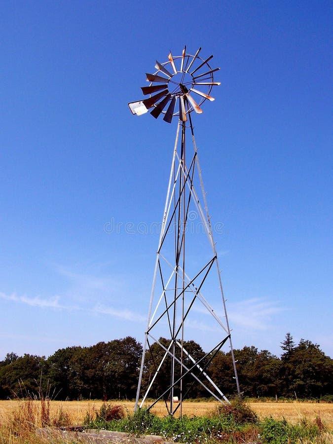 Windmolen in het midden van een gebied royalty-vrije stock foto