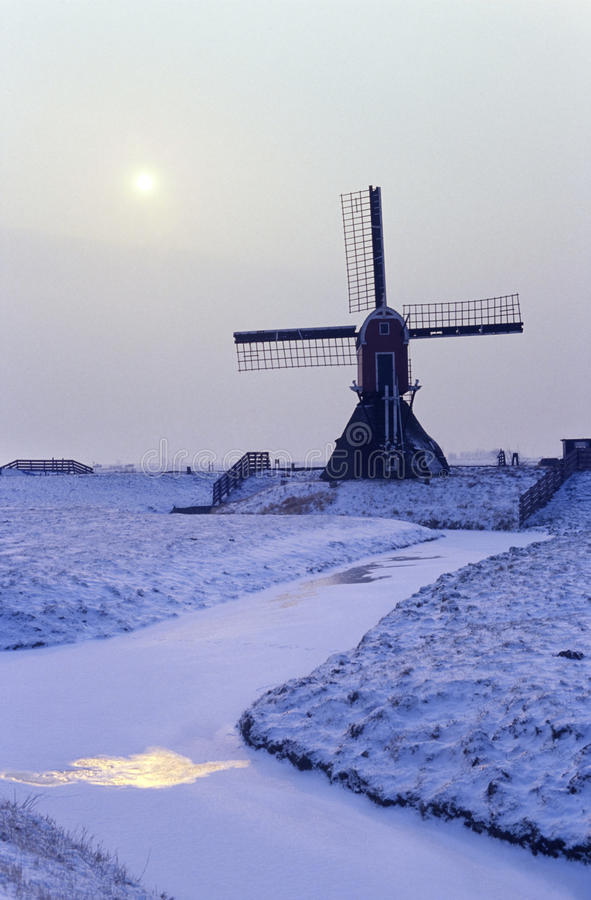 Windmolen in Holland in de sneeuw stock afbeeldingen
