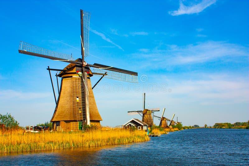 Windmolen in Kinderdijk - mooie zonnige dag royalty-vrije stock foto's