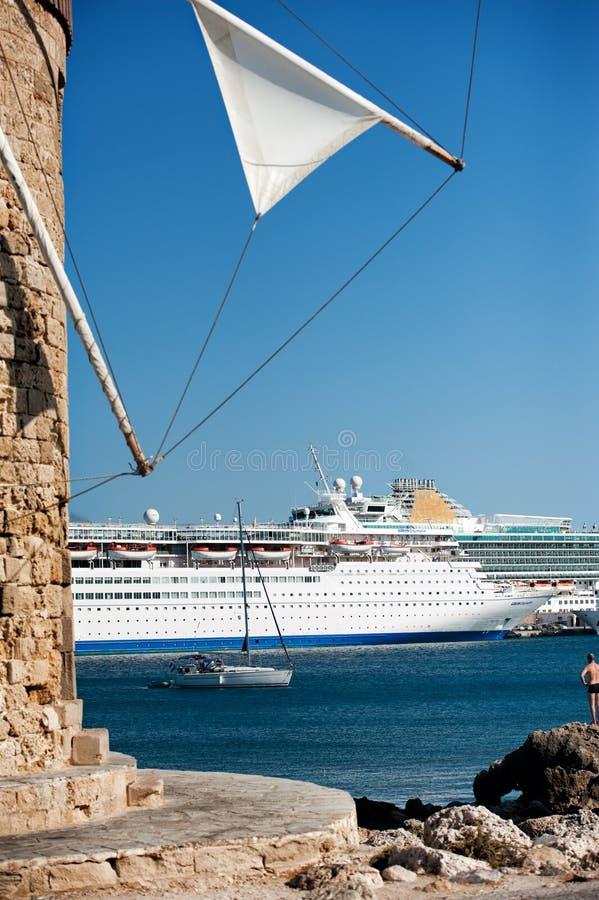 Windmolen met cruiseschip op de achtergrond royalty-vrije stock afbeelding