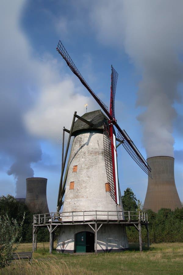 Windmolen met elektrische centrale royalty-vrije stock foto