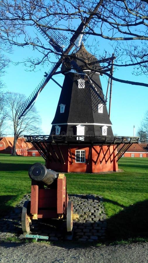 Windmolen met kanon stock afbeelding