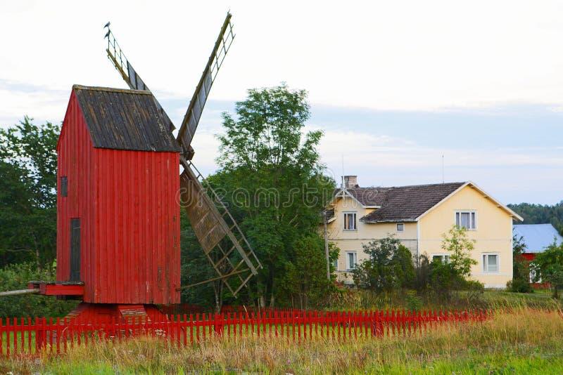 Windmolen met rode omheining royalty-vrije stock afbeelding