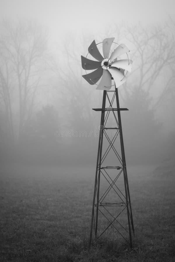 Windmolen in Mist stock foto's